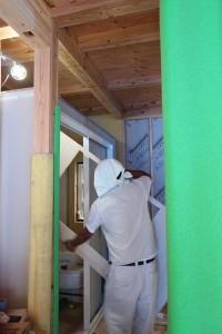 枠に壁のパネルを設置