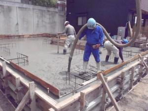 梅雨に入る前に基礎工事に取り掛かり、 天気に恵まれての作業中