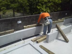 配筋組みを基礎屋さんが作業している状況です。