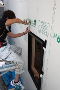 外壁の耐力面材を張り終わると、サッシの取り付けに なります