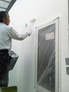 ローラーを使って塗りながら模様づけで仕上げていきます
