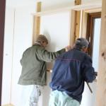 左官屋さんが外部の工事に移動した頃に 住宅設備の設置に水道屋さん、洗面台の取り付けに 家具屋さんなどが日替わりで入ってきます。