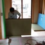 中の住設工事がほぼ落ち着くと床や木部塗装の工事が入り、 建具の取り付け作業