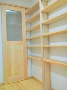後ろにはたっぷりと収納ができる棚が全面に設けてあります。 棚の下に取り付けてあるパイプは、お子様の制服がかけられるように。 その他にもウォークインクローゼット、パントリー寝室に押入れ、あらゆるところに収納棚を設けています。