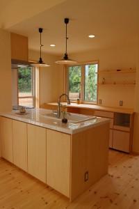 キッチンは奥様のご希望通りのオーダー+タイル貼りに、メインやバック収納がとても充実した造りにしてあります。 また、リビングにいらっしゃるご家族とも会話を楽しみながら、お料理ができるように対面にしてます。
