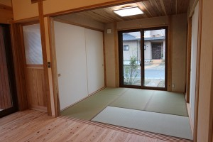 来客があった時には障子+襖で仕切り客間としての 使用も可能となっています。リビングを通らずに、 直接玄関から客間へと通すこともO.K.。