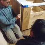 こちらの工房では、木材、塗料にもこだわりがあり天然素材の物を使用。 そして、家具について熱く語ってから、社長、お施主様交えて引き出し、扉、大きさ、形の打ち合わせを大まかに打ち合わせ。細かいところは、メールにて。