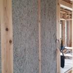 作業の方が、『なんかいつもと感じが違って、中々終わらない。』 『もしかして、この柱四寸角?だから、いつもより時間がかかるんだね!』 断熱施工業者さんの受け持つ建物は三寸角(9センチ)の柱が標準ですが、 建築工房 惠の柱は四寸角(12センチ)が標準。