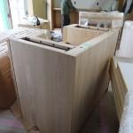 通常は表の面だけ無垢板を使い、 他の部分は ベニヤ板 ですが、長野の家具屋さんは裏の見えない部分まで栗材。 引き出しや内部の棚板はモミ材。  ここまでこだわっているのはすごいです。