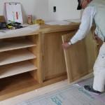 そうして完成したキッチンの組み立てをいつも協力して下さる家具屋さんが、担当して下さいました。