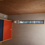 壁の珪藻土も少しベージュがかった色で落ち着いた雰囲気に仕上げ、照明もあえて間接照明のみにしてあります。 エアコンも部屋の雰囲気に合わせて目立たなく、吹き出し口に格子。