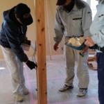室内では、大工さんと電気屋さんと工事を進めていく中でのお互いの作業確認をしています。