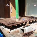玄関ポーチづくりです。 リビングのアクセント壁と同じ材料の紫檀で土間まで張っています。