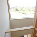 階段周りから二階通路に光が入る窓が欲しいとのことでしたので、FIX窓を設置。