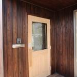 これはご実家にあったドアを再利用。シンプルなステンドグラスが素敵ですね。