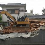 既存の建物の解体から始まります