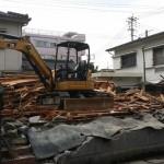 存の建物の解体から始まります